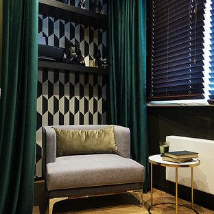 Esempio di una piccola camera matrimoniale contemporanea con pareti marroni, pavimento in legno massello medio, nessun camino e pavimento giallo