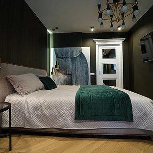 Immagine di una camera matrimoniale contemporanea di medie dimensioni con pareti marroni, pavimento in legno massello medio, nessun camino e pavimento giallo