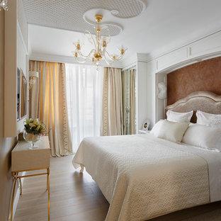 Свежая идея для дизайна: хозяйская спальня среднего размера в стиле современная классика с бежевыми стенами, светлым паркетным полом и бежевым полом - отличное фото интерьера