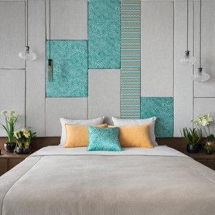 На фото: класса люкс большие хозяйские спальни в современном стиле с белыми стенами, паркетным полом среднего тона и серым полом