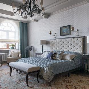 Пример оригинального дизайна: спальня в викторианском стиле с серыми стенами и коричневым полом