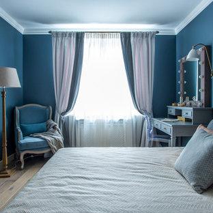 На фото: спальня в стиле современная классика с