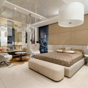 На фото: класса люкс хозяйские спальни в современном стиле с бежевыми стенами и белым полом