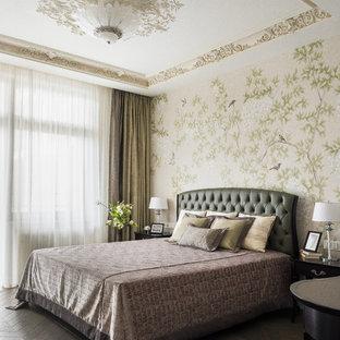 Свежая идея для дизайна: хозяйская спальня среднего размера в стиле современная классика с бежевыми стенами, темным паркетным полом и коричневым полом - отличное фото интерьера