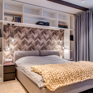 Идея дизайна: хозяйская спальня среднего размера в скандинавском стиле с серыми стенами, бежевым полом и светлым паркетным полом без камина