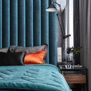 На фото: хозяйская спальня среднего размера в современном стиле с разноцветными стенами, полом из винила и бежевым полом без камина с