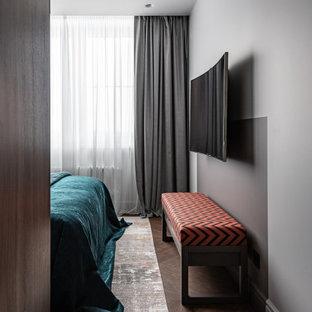 Imagen de dormitorio principal, actual, pequeño, sin chimenea, con paredes multicolor, suelo vinílico y suelo beige