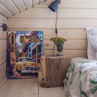 モスクワの小さいカントリー風おしゃれな主寝室 (ベージュの壁、塗装フローリング、暖炉なし、白い床) のレイアウト