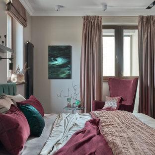 Стильный дизайн: хозяйская спальня в современном стиле с бежевыми стенами - последний тренд