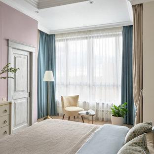 Idées déco pour une grand chambre parentale classique avec un mur beige, un sol beige et un sol en bois clair.