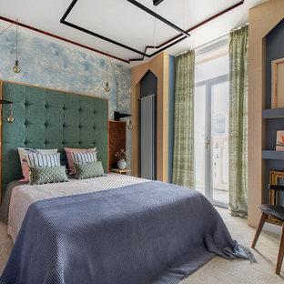 Стильный дизайн: хозяйская спальня в современном стиле с синими стенами, ковровым покрытием и бежевым полом - последний тренд