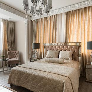 Стильный дизайн: хозяйская спальня в классическом стиле с бежевыми стенами, темным паркетным полом и коричневым полом - последний тренд