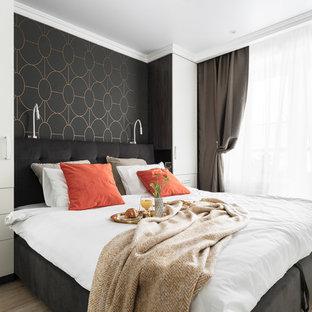 Стильный дизайн: маленькая хозяйская спальня в современном стиле с черными стенами и светлым паркетным полом - последний тренд