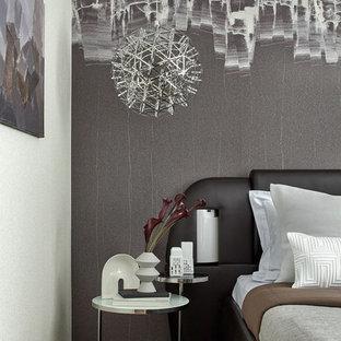 Idee per una grande camera matrimoniale design con pavimento in legno massello medio e pareti marroni