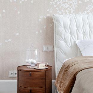 Неиссякаемый источник вдохновения для домашнего уюта: хозяйская спальня среднего размера с бежевыми стенами, пробковым полом, подвесным камином, фасадом камина из штукатурки и коричневым полом