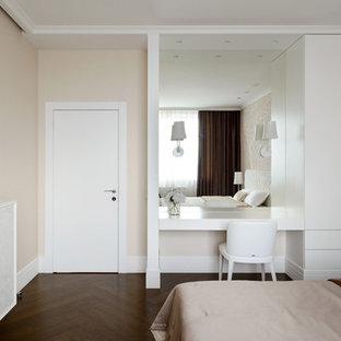 На фото: хозяйская спальня среднего размера с бежевыми стенами, пробковым полом, подвесным камином, фасадом камина из штукатурки и коричневым полом с