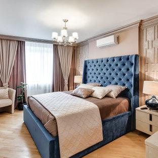 Пример оригинального дизайна: хозяйская спальня в стиле современная классика с бежевыми стенами, светлым паркетным полом, бежевым полом и панелями на части стены без камина