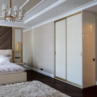 Стильный дизайн: хозяйская спальня в современном стиле с бежевыми стенами, темным паркетным полом и коричневым полом - последний тренд