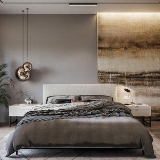 Diseño de dormitorio principal, actual, de tamaño medio, con paredes grises, suelo de madera en tonos medios y suelo beige