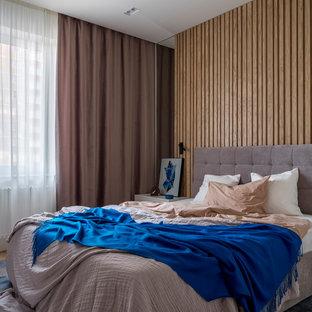 Стильный дизайн: хозяйская спальня в современном стиле с коричневыми стенами и кроватью у окна - последний тренд