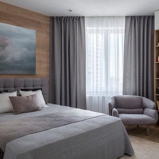 Свежая идея для дизайна: хозяйская спальня в современном стиле с коричневыми стенами, паркетным полом среднего тона и коричневым полом - отличное фото интерьера