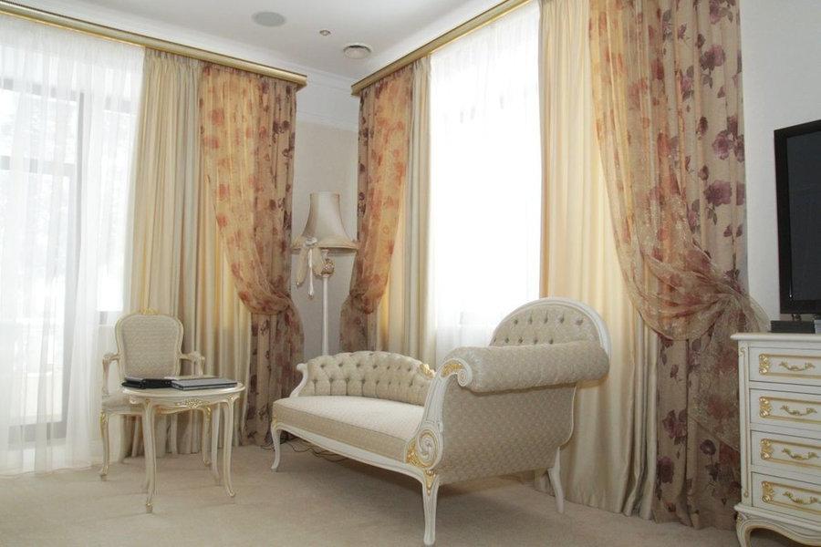 Шторы для спальни с двумя большими окнами.