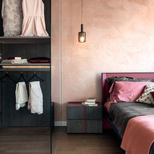 Großes Modernes Hauptschlafzimmer mit rosa Wandfarbe und braunem Boden in Moskau