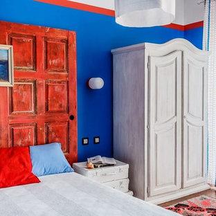 Пример оригинального дизайна: хозяйская спальня в стиле фьюжн с синими стенами