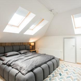 Неиссякаемый источник вдохновения для домашнего уюта: спальня в скандинавском стиле с белыми стенами и светлым паркетным полом