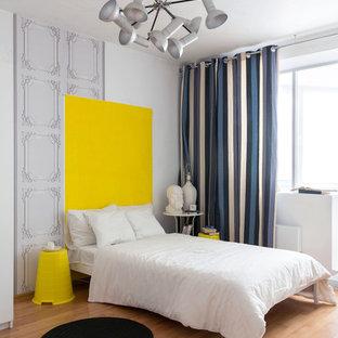 Источник вдохновения для домашнего уюта: спальня в скандинавском стиле с белыми стенами, светлым паркетным полом, бежевым полом и синими шторами