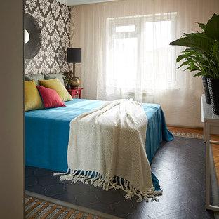 Пример оригинального дизайна интерьера: маленькая хозяйская спальня в стиле фьюжн с разноцветными стенами и деревянным полом без камина