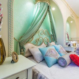 Diseño de dormitorio principal, romántico, de tamaño medio, con paredes multicolor, suelo laminado y suelo beige
