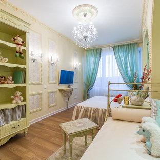 Стильный дизайн: спальня в стиле шебби-шик с бежевыми стенами, паркетным полом среднего тона и коричневым полом - последний тренд