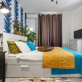 Свежая идея для дизайна: спальня в стиле современная классика с разноцветными стенами и светлым паркетным полом без камина - отличное фото интерьера