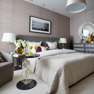 Неиссякаемый источник вдохновения для домашнего уюта: хозяйская спальня в стиле современная классика с бежевыми стенами, ковровым покрытием и белым полом