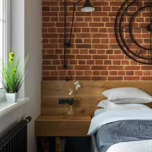 Источник вдохновения для домашнего уюта: хозяйская спальня в стиле лофт с паркетным полом среднего тона и красными стенами