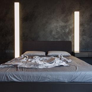 他の地域の大きいコンテンポラリースタイルのおしゃれな主寝室 (黒い壁、無垢フローリング、ベージュの床) のインテリア