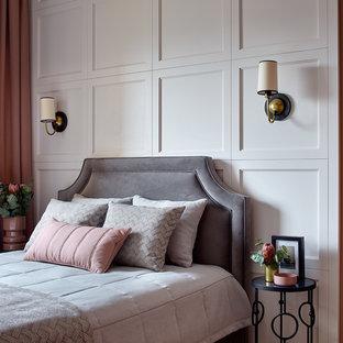 Идея дизайна: хозяйская спальня в стиле современная классика с розовыми стенами