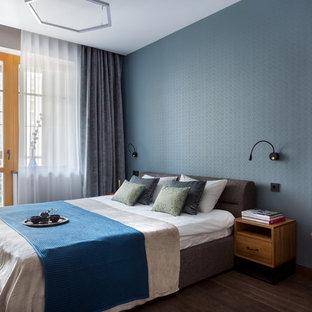 Идея дизайна: хозяйская спальня среднего размера в современном стиле с синими стенами, коричневым полом и темным паркетным полом