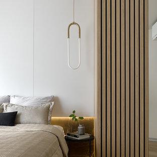 Идея дизайна: хозяйская спальня в современном стиле с белыми стенами, светлым паркетным полом и бежевым полом