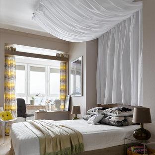 Imagen de dormitorio principal con suelo de madera clara