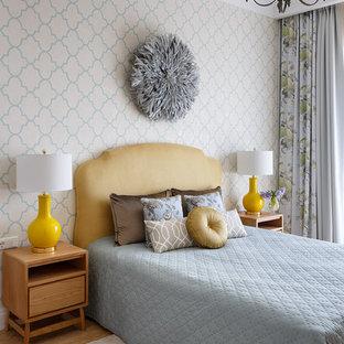 Неиссякаемый источник вдохновения для домашнего уюта: хозяйская спальня среднего размера в стиле современная классика с бежевыми стенами, паркетным полом среднего тона и коричневым полом