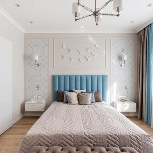 Imagen de dormitorio principal, contemporáneo, con paredes beige, suelo de madera clara y suelo beige