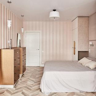 Пример оригинального дизайна: хозяйская спальня в современном стиле с бежевыми стенами, светлым паркетным полом и бежевым полом