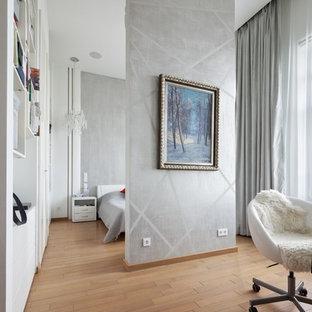 Пример оригинального дизайна: хозяйская спальня в современном стиле с серыми стенами, паркетным полом среднего тона и коричневым полом