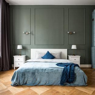 Новые идеи обустройства дома: спальня в стиле современная классика с зелеными стенами, паркетным полом среднего тона, угловым камином и коричневым полом