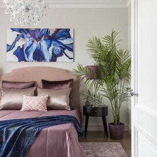 На фото: гостевая спальня среднего размера в стиле современная классика с темным паркетным полом, белыми стенами и коричневым полом