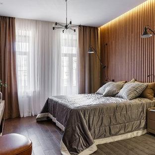 Свежая идея для дизайна: хозяйская спальня в современном стиле с коричневыми стенами, темным паркетным полом и коричневым полом без камина - отличное фото интерьера