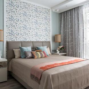 На фото: хозяйская спальня в современном стиле с синими стенами и паркетным полом среднего тона с