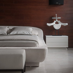 На фото: большая хозяйская спальня в современном стиле с пробковым полом, коричневыми стенами и серым полом без камина с
